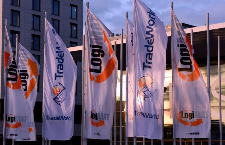 Flaggen mit Messewerbung von der LogiMAT