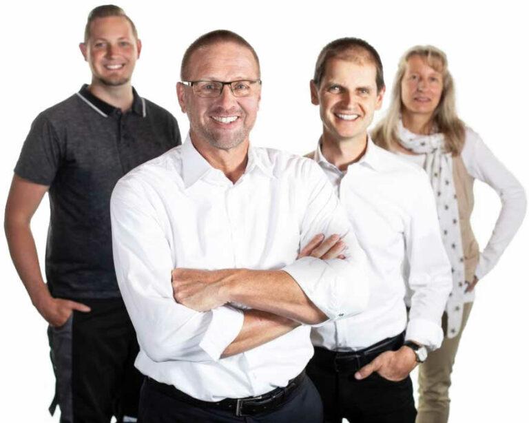 Drei wrapsolut-Teammitglieder im Hintergrund und Geschäftsführer Frank Fährenkämper im Vordergrund
